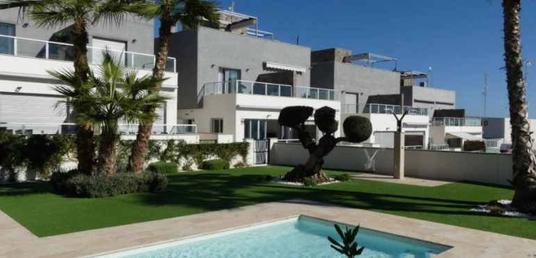 What are the advantages of buying a townhouse in Punta Prima Orihuela Costa?